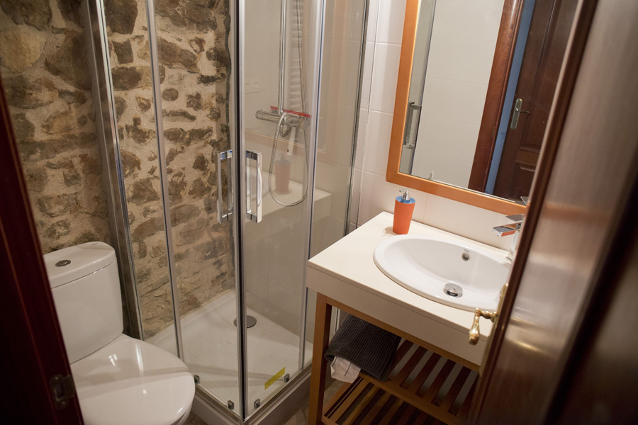 Aseo-con-ducha-casa-2-Casa-Grabiel-turismo-de-Areny-de-Noguera-Aragón