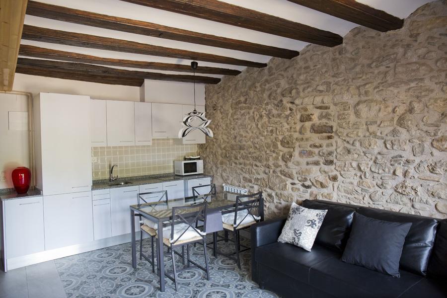 Sa´lon-comedor-con-cocina-americana-estancia-1-Casa-Grabiel-turismo-de-Areny-de-Noguera-Aragón