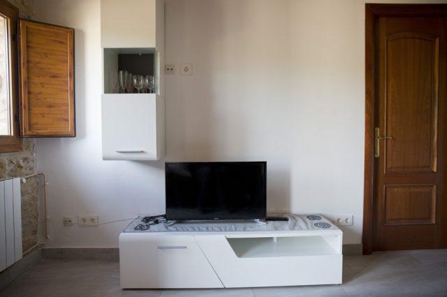 Comedor-con-tv-estancia-1-Casa-Grabiel-turismo-de-Areny-de-Noguera-Aragón
