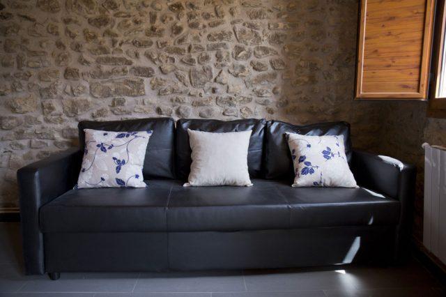 Sofa-cama-casa-centenaria-3-Casa-Grabiel-turismo-de-Areny-de-Noguera-Aragón