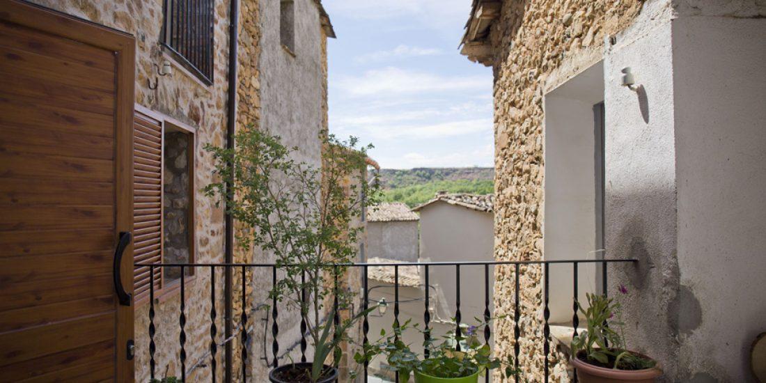 Terraza-común-casa-centenaria-Casa-Grabiel-turismo-de-Areny-de-Noguera-Aragón